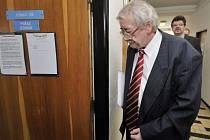 Okresní soud v Jičíně dnes poslal v korupční kauze litoměřických soudců na pět a půl roku do vězení bývalého soudce Josefa Knotka.