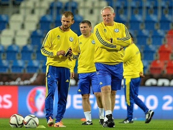 Fotbalisté Kazachstánu (a trenér Jurij Krasnožan) na tréninku v Plzni