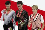 Grand Prix v Naganu ovládl Brian Joubert (uprostřed) před druhým Johnnym Weirem (vlevo) a Michalem Březinou.