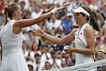 Česká tenistka Petra Kvitová (vlevo) gratuluje domácí Johanně Kontaové k postupu do čtvrtfinále Wimbledonu.