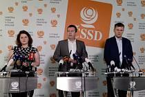 Zleva ministryně práce a sociálních věcí Jana Maláčová, předseda strany Jan Hamáček a ministr zahraničí Tomáš Petříček vystoupili na tiskové konferenci ČSSD 31. července 2019 v Praze