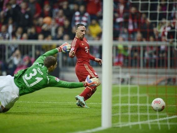 Franck Ribery z Bayernu překonává marně se snažícího gólmana Frankfurtu Kevina Trappa.
