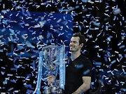 Andy Murray s trofejí pro šampiona Turnaje mistrůl