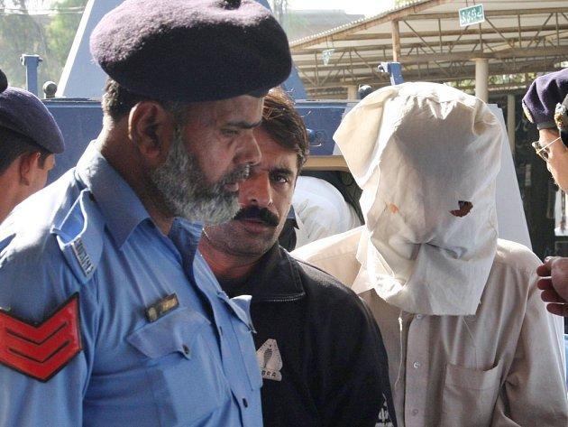 Policisté v pákistánském Rávalpindí eskortují podezřelého z podílu na útoku proti hotelu Marriott v Islámábádu.