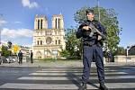 Policisté se samopaly se stali každodenním součástí pařížského života.