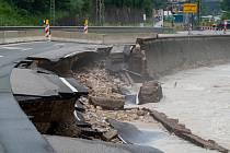 Záplavami poničená silnice u města Berchtesgaden v Německu (19. července 2021)