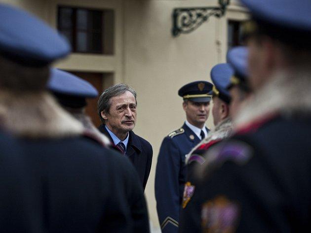 Ministr obrany Martin Stropnický navštívil 28. listopadu kasárny Hradní stráže na pražských Hradčanech.