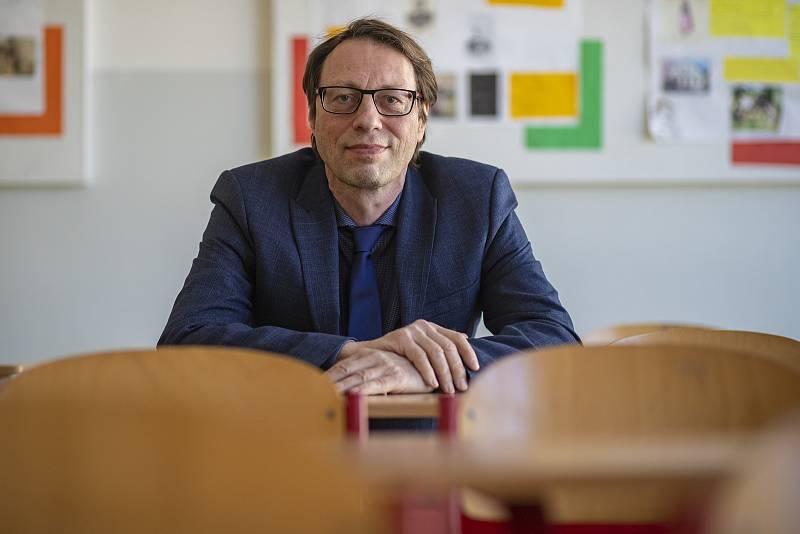 Dlouholetý ředitel Masarykovy základní školy a prezident Asociace ředitelů základních škol Michal Černý při fotografování pro Deník 27. dubna v Klánovicích.