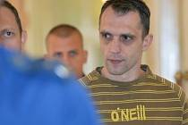 Muž, který čelí obžalobě z vražd tří taxikářů na území hlavního města, přichází k pražskému městskému soudu, který 20. září rozhodl o prodloužení jeho vazby.