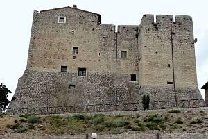 Srdcem obce Maenza je starobylý zámek, v jehož zdech se údajně odehrál zázrak.