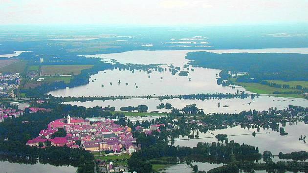 Voda z rybníka Rožmberk se dostala až do Třeboně, rozlila se do Mokrých luk a dosahovala, jak ukazuje snímek, až k silnici na Brannou. To všechno hráz krále rybníků dokázala udržet. Vlevo dole je vidět rybník Svět.