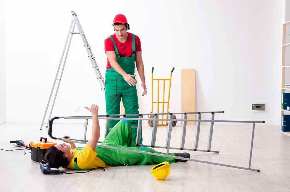 Nejnebezpečnějším druhem nehod zůstávají pády ze žebříků a ze štaflí.