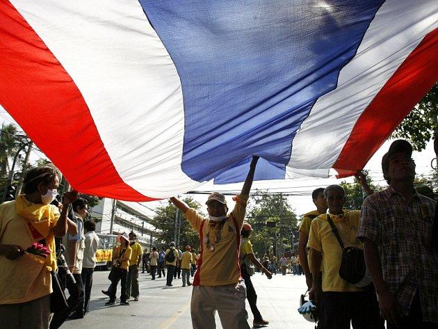 Demonstranti s thajskou vlajkou u parlamentu v Bangkoku.