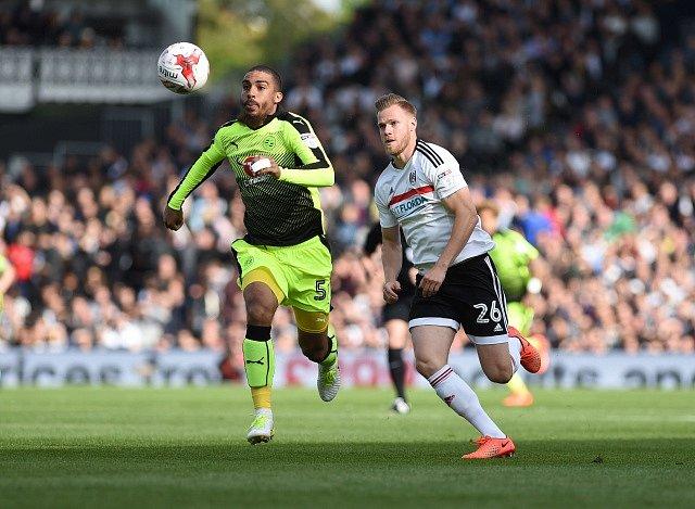 Tomáš Kalas (vpravo) v dresu Fulhamu bojuje o míč s Lewisem Grabbanem z Readingu.