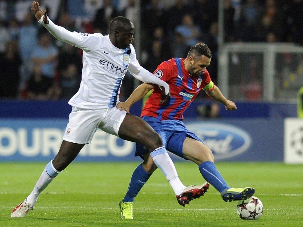 Fotbalistům Manchesteru City bude v závěru sezony chybět kanonýr Yaya Touré (vlevo, na snímku s plzeňským kapitánem Pavlem Horváthem).