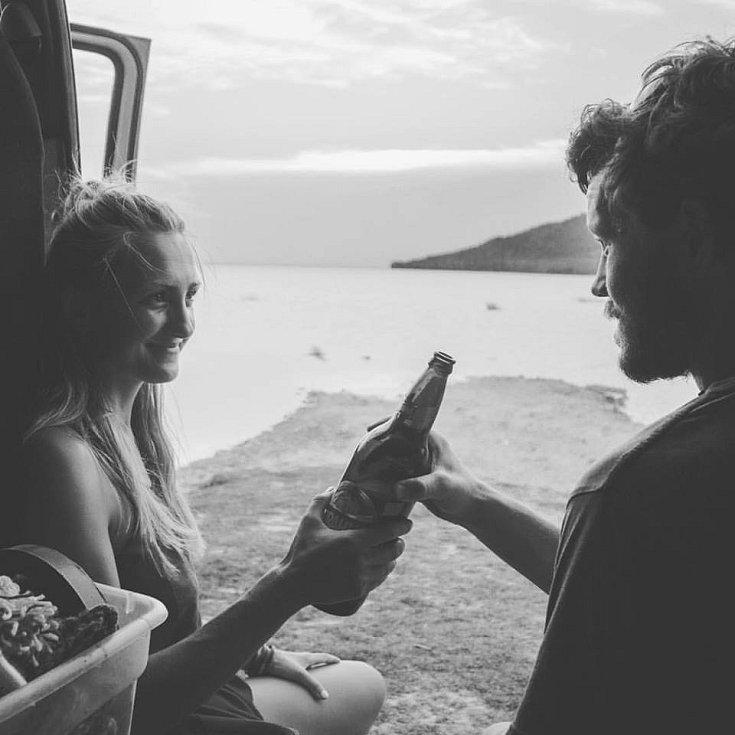 Nejlepší způsob, jak strávit večer je otevřít pivo a sledovat západ slunce