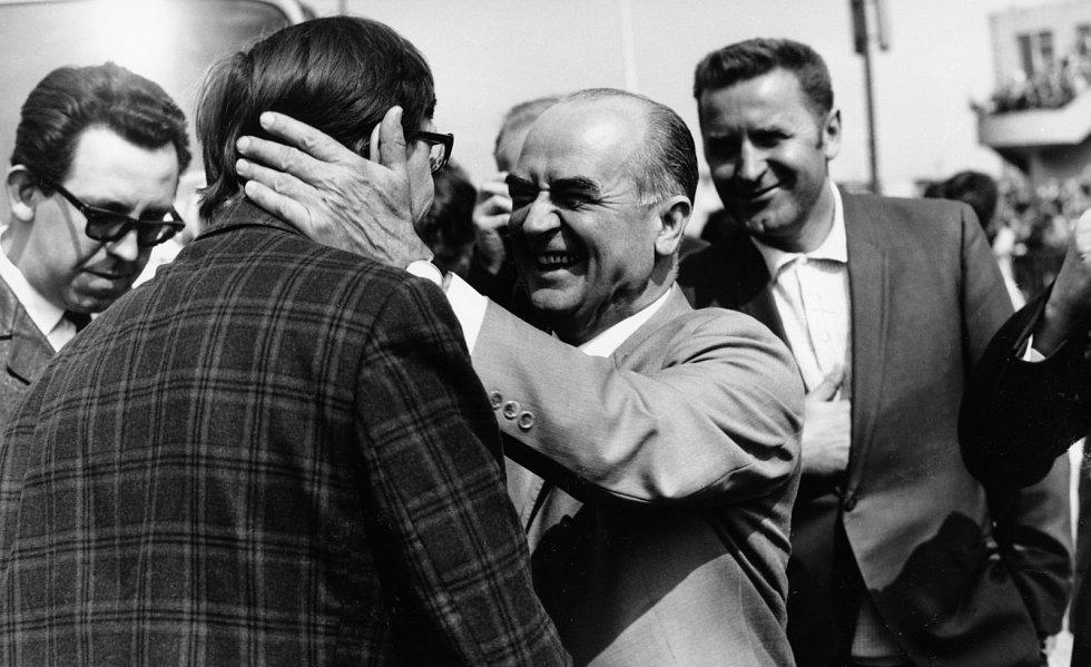 Jiřího Menzela po návratu z Ameriky vítá ředitel FS Barrandov Vlastimil Harnach.