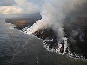 Láva ze sopky Kilauea vtéká do oceánu