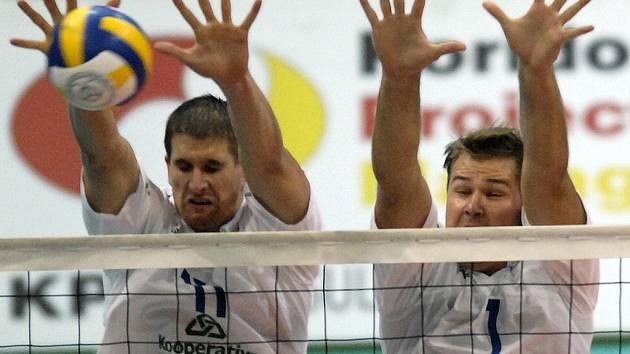Jan Štokr (vlevo) a Martin Lébl na síti.