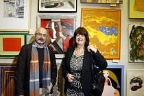 VERNISÁŽ. Aukční salon výtvarníků pro Konto Bariéry v Karolinu odstartoval i za účasti výtvarníka Milana Chabery a ředitelky Konta Bariéry Boženy Jirků.