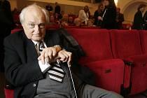 Nestor českých filmových i divadelních režisérů, čtyřiadevadesátiletý Jiří Krejčík připravuje se souborem Divadla Různých Jmen O´Caseyho komedii Penzion pro svobodné pány.