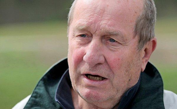 Bývalý hokejový útočník a trenér Josef Augusta.