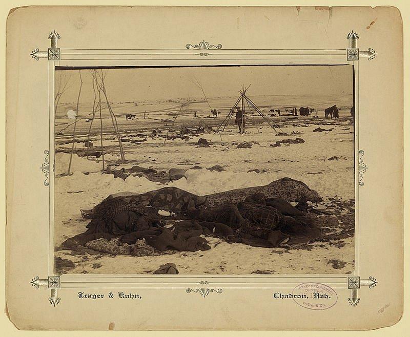 Indiánský tábor u Wounded Knee po masakru, v popředí zastřelené ženy