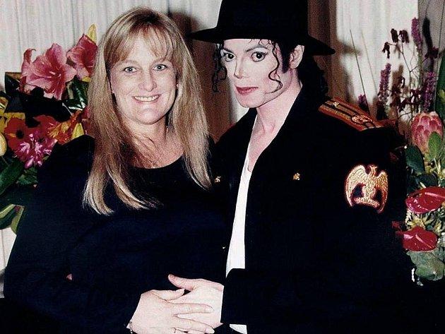 Debbie Roweová, druhá žena Michaela Jacksona, chce do opatrovnictví dvě děti, jež se narodily během jejich manželství. Veřejná pietní slavnost za popovou legendu se bude konat asi v úterý v Los Angeles, jak vyšlo najevo.
