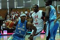 Basketbalisté Prostějova (v modrém) i přes zlepšený výkon nestačili na favorizovaný Nymburk.
