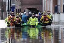 Silné záplavy postihly také sever Anglie. Zvlášť zasažena jsou hrabství Lancashire a Yorkshire.