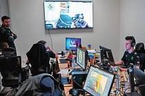 Členové týmu hry Valorant během tréninku probírají taktiku a analyzují zápasy, které už odehráli