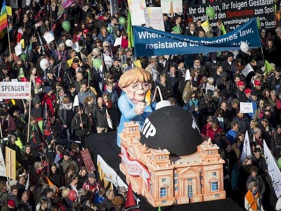 Desítky tisíc lidí protestovaly v Berlíně proti obchodní dohodě s USA.