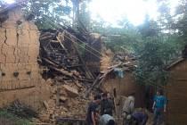 Zemětřesením poničený dům v provincií Jün-nan na jihu Číny.