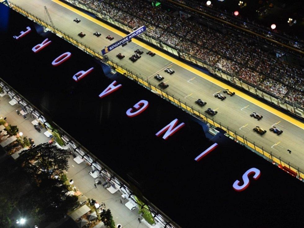 Start noční Velké ceny Singapuru.