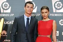 Kanonýr Realu Madrid Cristiano Ronaldo se svojí partnerkou Irinou Shayk na vyhlášení nejlepšího fotbalisty španělské ligy.