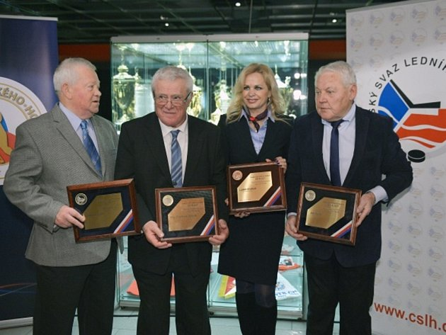 Bývalí hokejisté Jan Havel (vpravo), František Ševčík (druhý zleva), Ladislav Šmíd (vlevo) a in memoriam i televizní komentátor Luděk Brábník, za kterého plaketu převzala jeho dcera Lucie Viterová, byli uvedeni do Síně slávy.