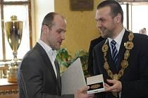Martin Straka (vlevo) přebírá za extraligový titul od primátora Plzně Martina Baxi městské ocenění - historickou pečeť města Plzně.