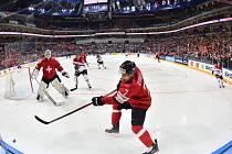Hokejisté Švýcarska (v červeném) proti Rakousku.