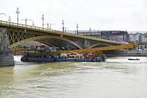 K mostu, kde se v Budapešti na Dunaji potopila loď s jihokorejskými turisty, doplul dvousettunový jeřáb, který má vrak vyzdvihnout