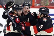 Hráči Ottawy se radují z gólu v síti Chicaga. Zleva Clarke MacArthur, Kyle Turris a Cody Ceci.