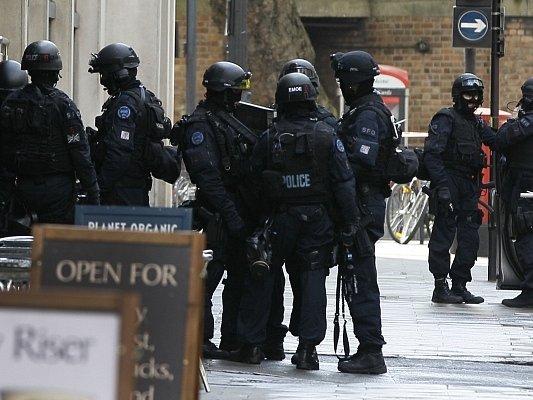 Policisté v Londýně zadrželi muže, který držel rukojmí a hrozil výbuchem