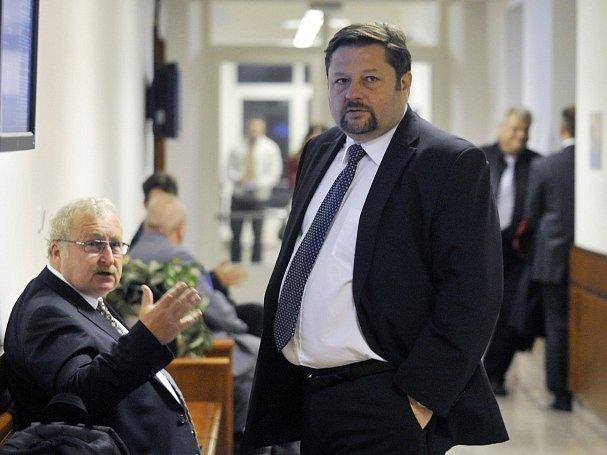 Před odvolacím senátem Vrchního soudu v Olomouci stanul 16. října exposlanec Petr Wolf (vpravo)