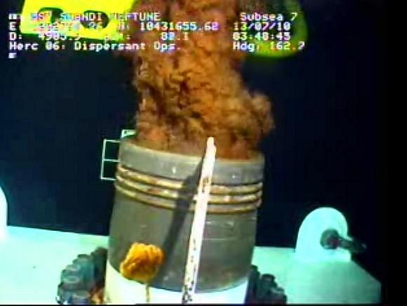 Technici britské společnosti BP nasadili na poškozený podmořský vrt v Mexickém zálivu nový, 68tunový kryt, který má zdokonalit odsávání ropy.