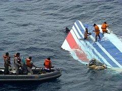 Francouzští vyšetřovatelé lokalizovali části letounu společnosti Air France, který v roce 2009 spadl s 228 lidmi do Atlantiku.