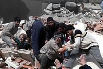Záchranářské práce po silném zemětřesení, které zasáhlo východ Turecka v neděli 23. října 2011.