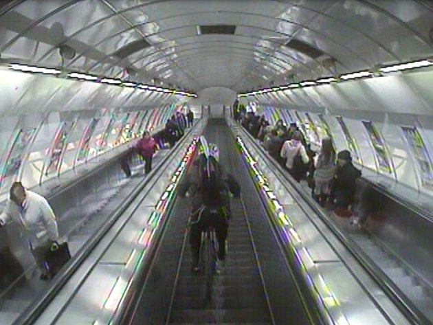 Cyklista sjížděl eskalátory v metru.