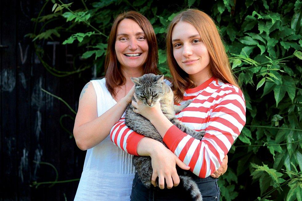 Monika Janošová s dcerou a kocouřím členem rodiny.