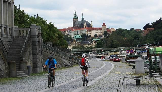 Cyklisté v Praze u řeky Vltavy
