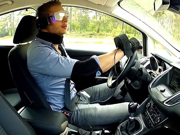 Ford vyvinul oblek simulující jízdu pod vlivem drog.