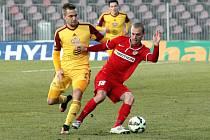 Roman Fischer z Brna (vpravo) proti Dukle Praha.